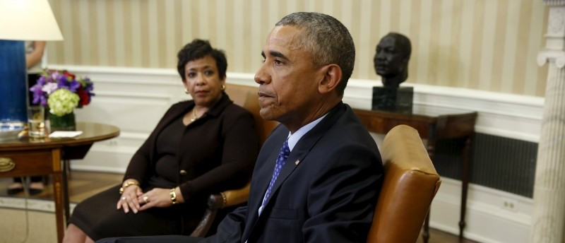 U.S. Attorney General Loretta Lynch (L) looks toward U.S. President Barack Obama during a meeting with top law enforcement officials to discuss what executive actions he can take to curb gun violence, in the Oval Office of the White House in Washington January 4, 2016.  REUTERS/Kevin Lamarque
