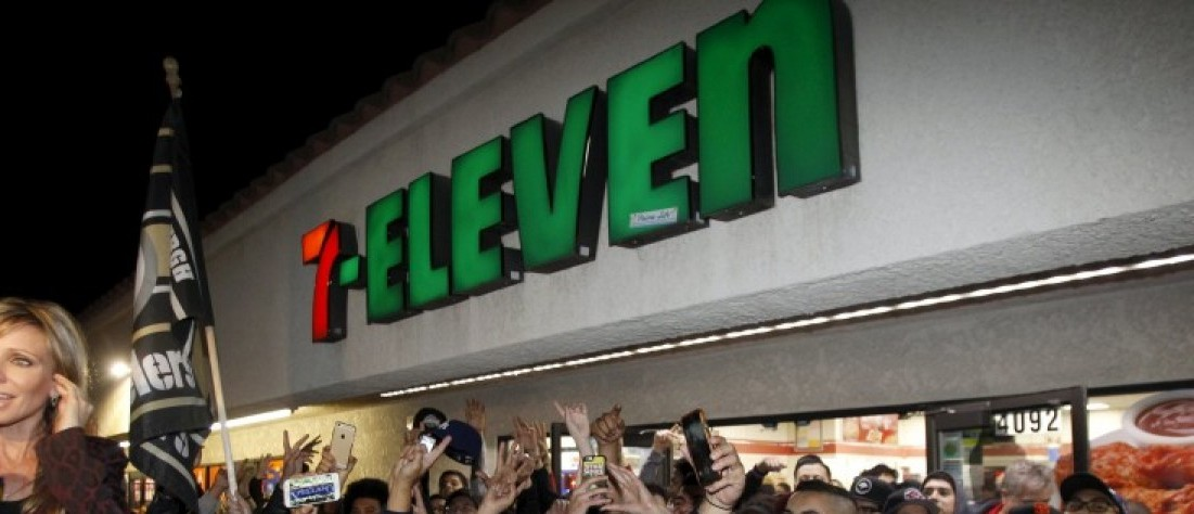 A crowd gathers in front of the 7-Eleven store where a winning Powerball ticket was sold, in Chino Hills, California January 13, 2016.  REUTERS/Alex Gallardo -