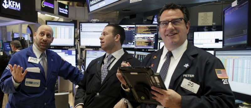 Traders work on the floor of the New York Stock Exchange January 21, 2016. REUTERS/Brendan McDermid