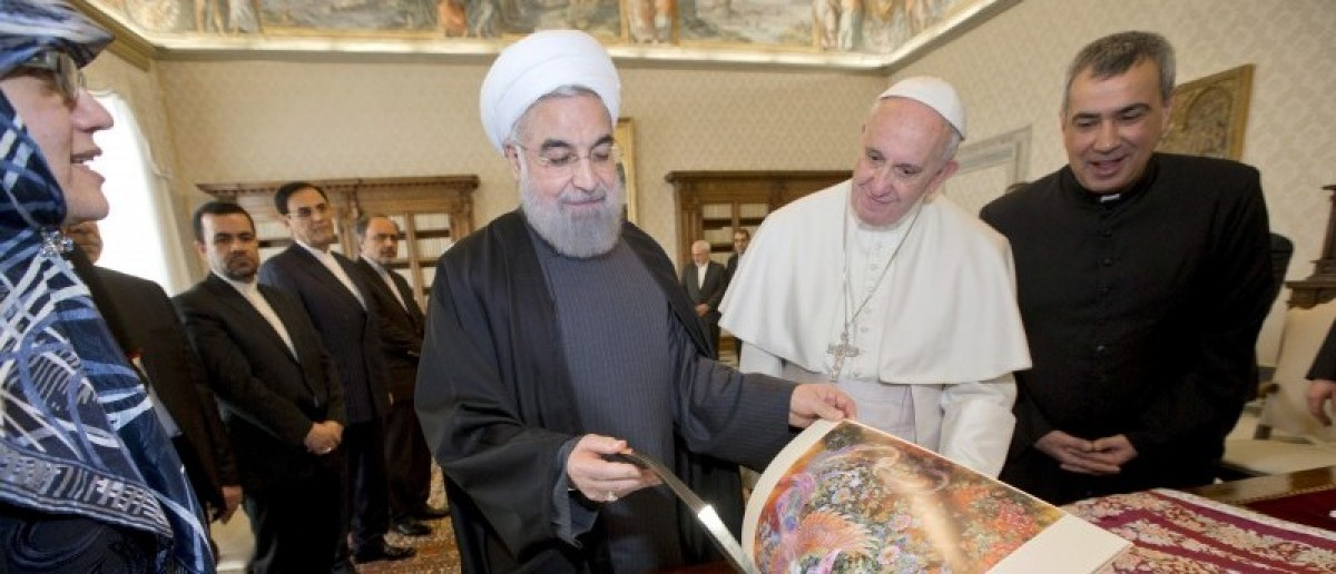 Iran President Hassan Rouhani (L) exchanges gifts with Pope Francis at the Vatican January 26, 2016. REUTERS/Andrew Medichini/Pool
