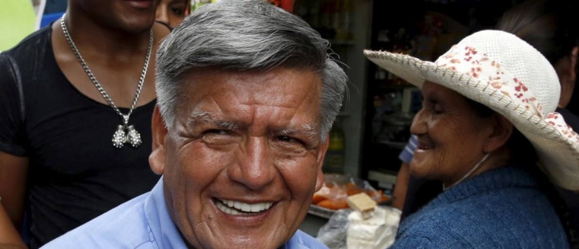 Peruvian presidential candidate Cesar Acuna (C) greets supporters during a rally at a market in Brena district of Lima, January 25, 2016. REUTERS/Mariana Bazo