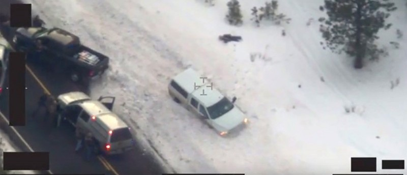 Aerial video released by the FBI January 28, 2016 shows the body of a man lying in the snow (top) at a police roadblock January 26 near Burns, Oregon. REUTERS/FBI/Handout via Reuters