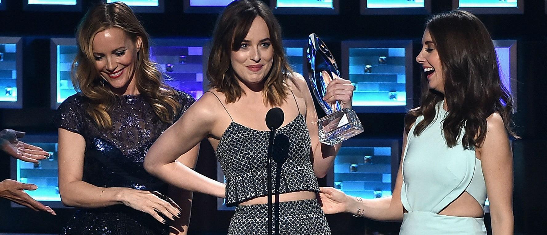 Dakota Johnson flashes People's Choice Awards. (Photo: Getty Images)