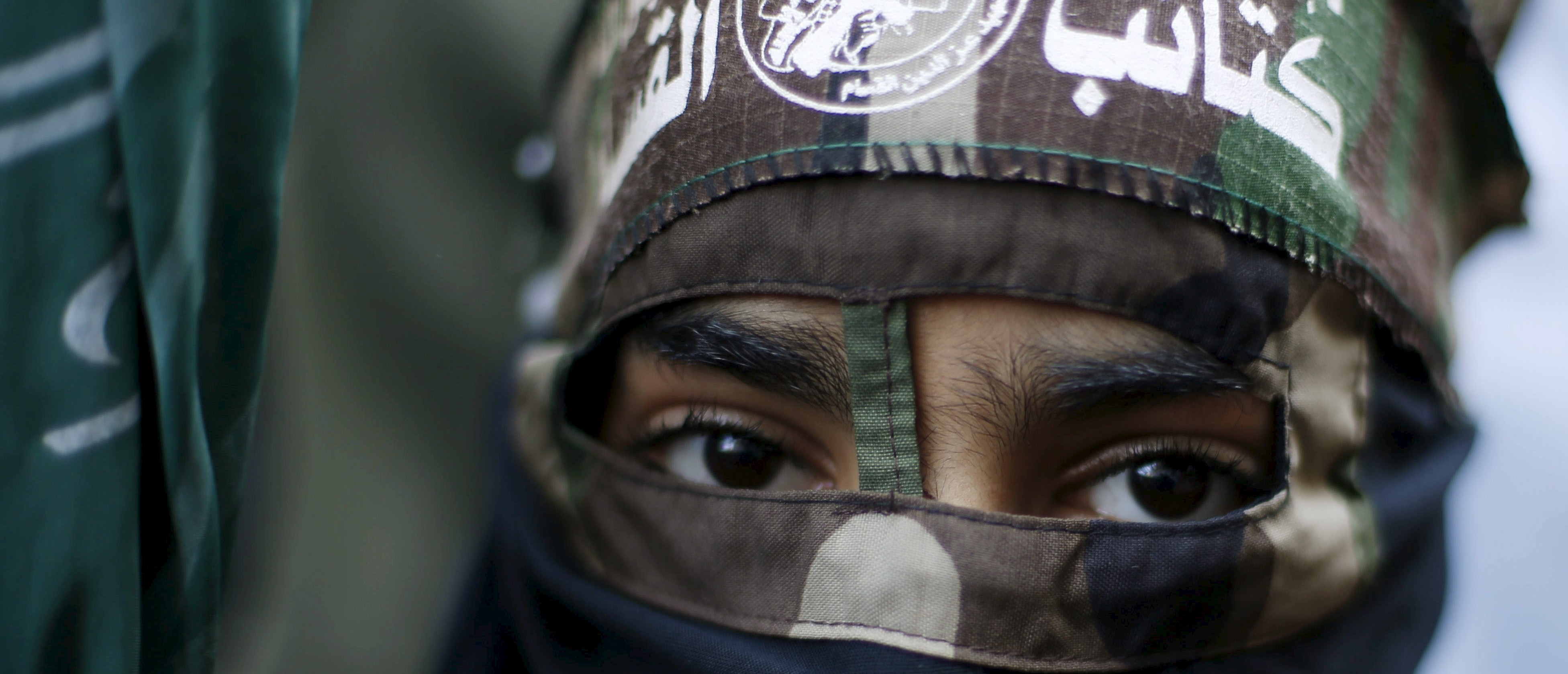 A masked Palestinian boy wearing the headband of Hamas's armed wing takes part in a rally marking the 28th anniversary of Hamas' founding, in Gaza City December 14, 2015. REUTERS/Suhaib Salem - RTX1YLQ9