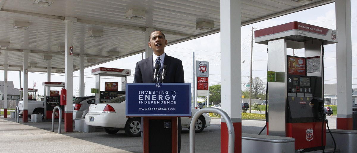 U.S. Senator and democratic presidential hopeful Barack Obama speaks to the media during a campaign stop at Joe's Junction Gas station in Indianapolis, Indiana April 25, 2008. REUTERS/Frank Polich (UNITED STATES) US PRESIDENTIAL ELECTION CAMPAIGN 2008 (USA)