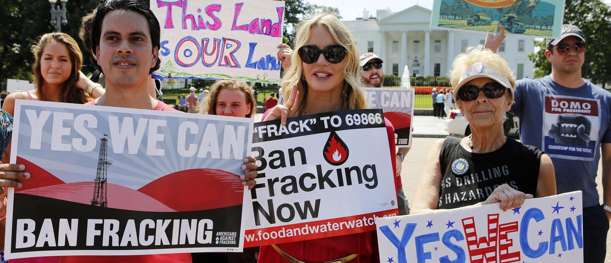Actress Daryl Hannah (C) joins protesters with Americans Against Fracking during a noon time protest in front of the White House in Washington, August 22, 2013. The group is urging U.S. President Barack Obama to ban hydraulic fracturing on public lands. REUTERS/Larry Downing  (UNITED STATES - Tags: POLITICS ENERGY CIVIL UNREST ENTERTAINMENT)