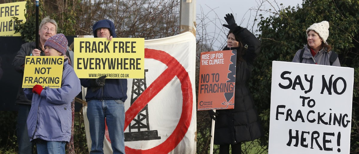 Demonstrators protest at a fracking test drilling site in Upton, near Chester in Britain January 12, 2016. Baliffs and police began an operation on Tuesday to remove anti-fracking protesters from a test drilling site of energy company IGas, local media reported. (REUTERS/Phil Noble)