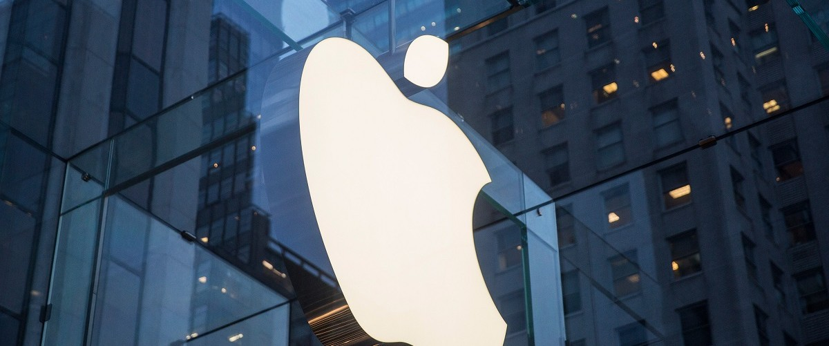The Apple store on Fifth Avenue is seen on January 26, 2016 in New York City. This afternoon Apple reported the slowest iPhone earnings since 2007. (Photo by Andrew Burton/Getty Images)