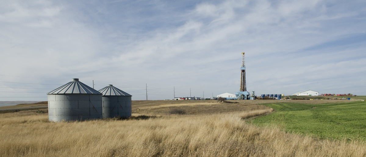 A drill rig abuts farmland on the Fort Berthold Reservation in North Dakota, November 1, 2014. The Fort Berthold Indian Reservation, home to the Mandan, Hidatsa, and Arikara Nation, was once primarily agricultural but now produces nearly a third of North Dakota's oil. The election for a new tribal chairman, in which both candidates have positioned themselves as reformers, may change the oil industry's relationship with the reservation. Photo taken November 1, 2014. REUTERS/Andrew Cullen