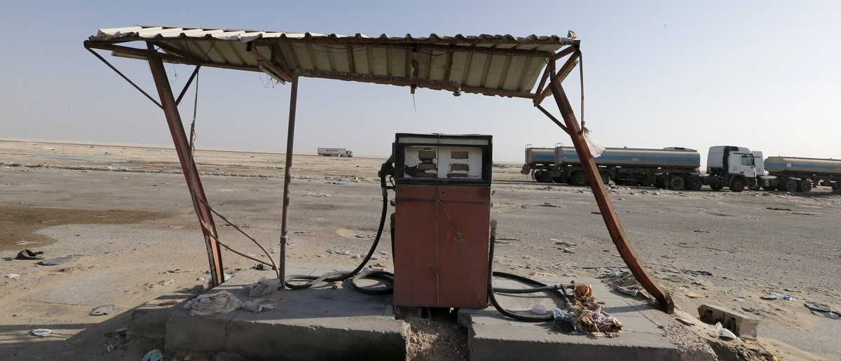 An old fuel pump is seen during early hours in desert near the village of Sila, at the UAE-Saudi border, south of Eastern province of Khobar, Saudi Arabia January 29, 2016. Picture taken January 29, 2016. REUTERS/Hamad I Mohammed