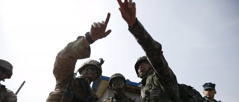 A U.S. (L) marine and South Korean marines participate in a U.S.-South Korea joint landing operation drill in Pohang, South Korea, in this March 31, 2014 file picture.  REUTERS/Kim Hong-Ji