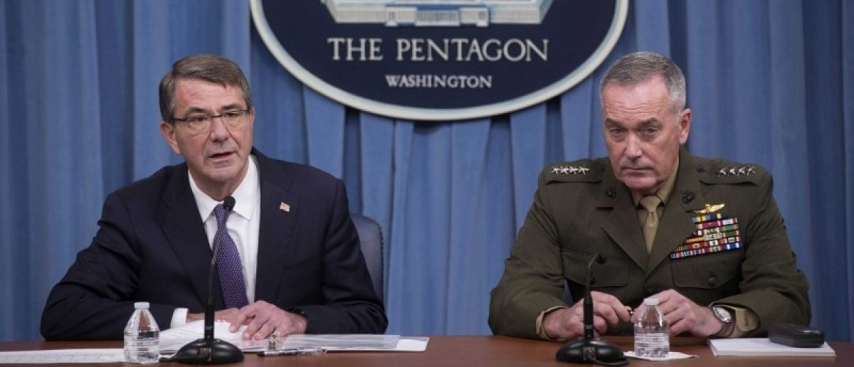 U.S. Secretary of Defense Ash Carter (L) and Chairman of the Joint Chiefs of Staff Gen. Joseph Dunford speak to press about counter-ISIL operations at the Pentagon, in Washington March 25, 2016.  REUTERS/Department of Defense/Navy Petty Officer 1st Class Tim D. Godbee/Handout via Reuters