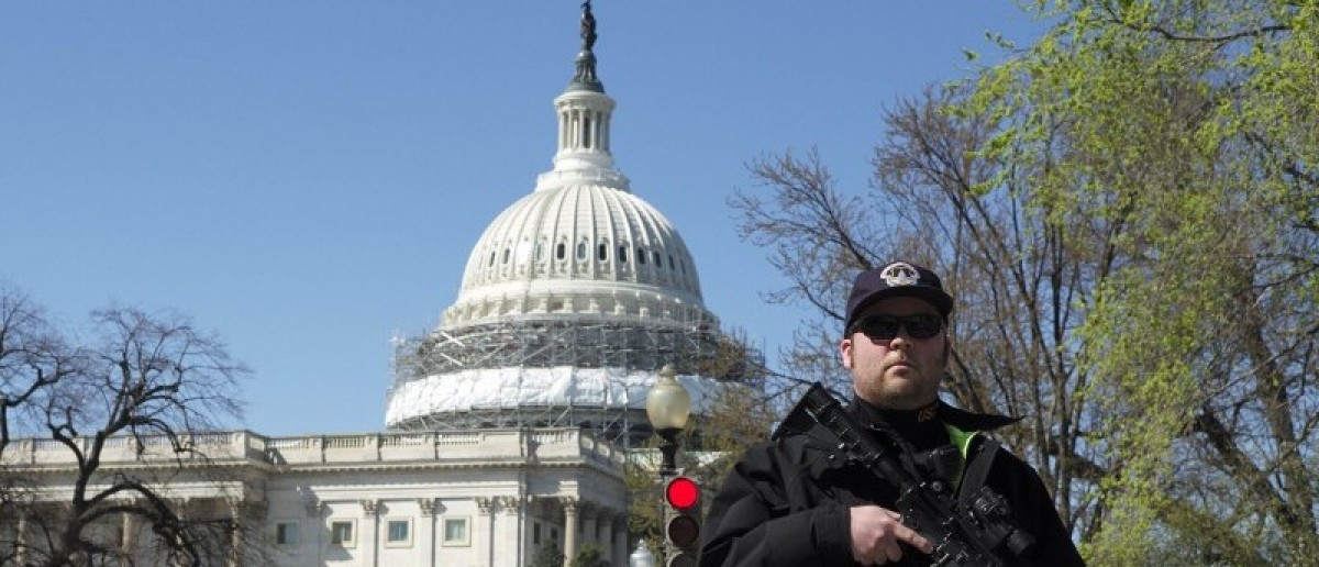 A U.S. Capitol police officer guards the perimeter in front of the U.S. Capitol Building after a shooting at the U.S. Capitol Visitors Center in Washington March 28, 2016. Photo: REUTERS/Joshua Roberts