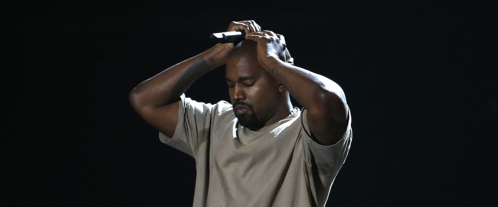 Kanye West pauses as he speaks while accepting the Video Vanguard Award at the 2015 MTV Video Music Awards in Los Angeles, August 30, 2015. REUTERS/Mario Anzuoni