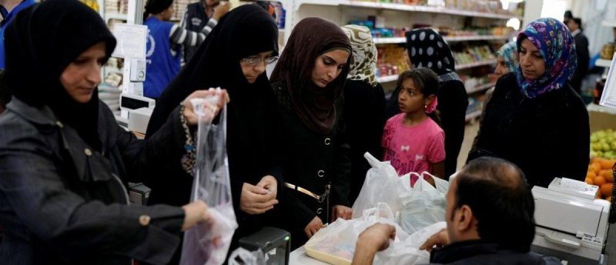 Syrian refugees shop at a market at Harran refugee camp in the Sanliurfa province, Turkey April 26, 2016. REUTERS/Umit Bektas