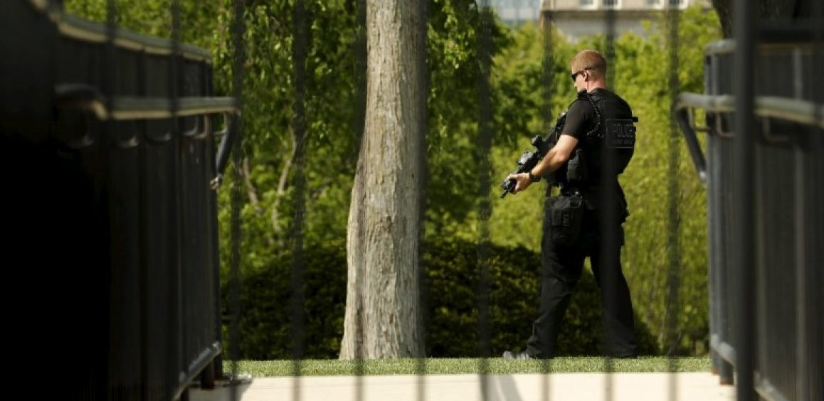 A U.S. Secret Service counter-assault team member patrols after an apparent fence jumper attempted to enter the White House grounds in Washington, U.S. April 26, 2016. REUTERS/Jonathan Ernst