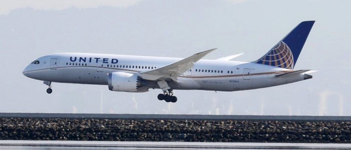 A United Airlines Boeing 787 Dreamliner touches down at San Francisco International Airport, San Francisco, California, in this April 11, 2015, file photo. REUTERS/Louis Nastro