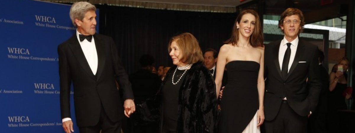 U.S. Secretary of State John Kerry (L), his wife Teresa Heinz and daughter Alexandra Kerry and guest arrive on the red carpet for the annual White House Correspondents Association Dinner in Washington, U.S., April 30, 2016. REUTERS/Jonathan Ernst