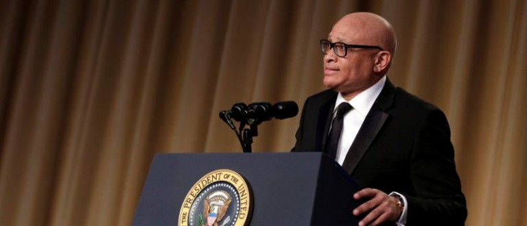 U.S. President Barack Obama listens to comedian Larry Wilmore at the White House Correspondents' Association annual dinner in Washington, U.S., April 30, 2016. REUTERS/Yuri Gripas