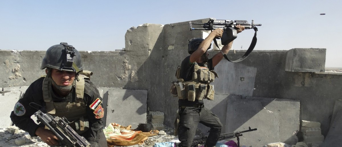 Members of the Iraqi Special Operations Forces take their positions during clashes with the al Qaeda-linked Islamic State of Iraq and the Levant (ISIL) in the city of Ramadi June 19, 2014. Picture taken June 19, 2014. REUTERS/Stringer
