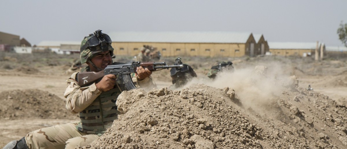 Iraqi soldiers train with members of the U.S. Army 3rd Brigade Combat Team, 82nd Airborne Division, at Camp Taji, Iraq, in this U.S. Army photo released June 2, 2015. The United States is expected to announce on Wednesday plans for a new military base in Iraq's Anbar province and the deployment of around 400 additional U.S. trainers to help Iraqi forces in the fight against Islamic State, a U.S. official said.   REUTERS/U.S. Army/Sgt. Cody Quinn/Handout