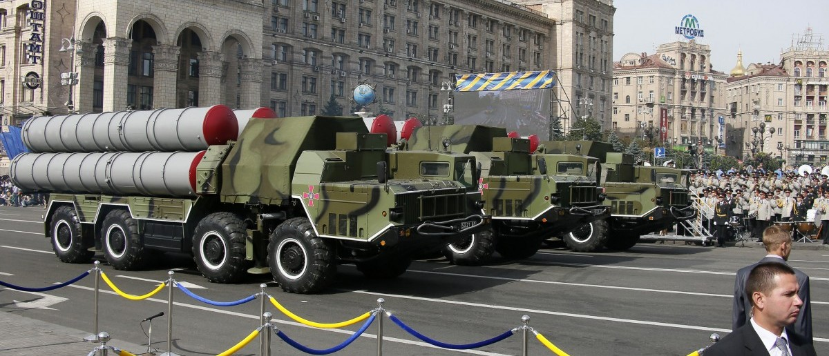S-300 air defence mobile missile systems drive through Ukraine's Independence Day military parade in the centre of Kiev August 24, 2014. Armoured vehicles and soldiers, some of them hardened in battle, paraded on Kiev's main square on Sunday to mark Independence Day in a defiant show of the military force Ukraine's government hopes will defeat pro-Russian separatists in the east.   REUTERS/Gleb Garanich