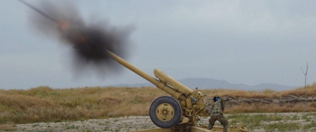 Afghan National Army soldiers fire artillery during a battle with Taliban insurgents in Kunduz, Afghanistan, April 29, 2015. REUTERS/Stringer/File Photo