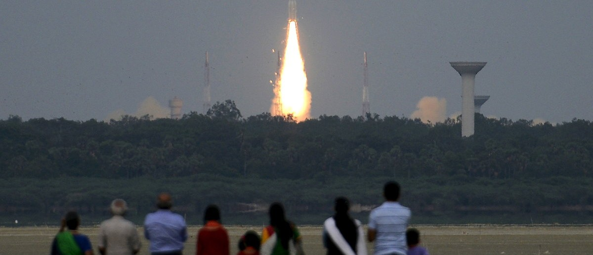 People watch as India's Geosynchronous Satellite Launch Vehicle (GSLV-D6) blasts off carrying a 2117 kg GSAT-6 communication satellite from the Satish Dhawan space centre at Sriharikota, India, August 27, 2015. (REUTERS/Stringer)