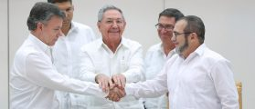 Cuba's President Raul Castro (C) stands as Colombia's President Juan Manuel Santos (L) and FARC rebel leader Rodrigo Londono, better known by the nom de guerre Timochenko, shake hands in Havana