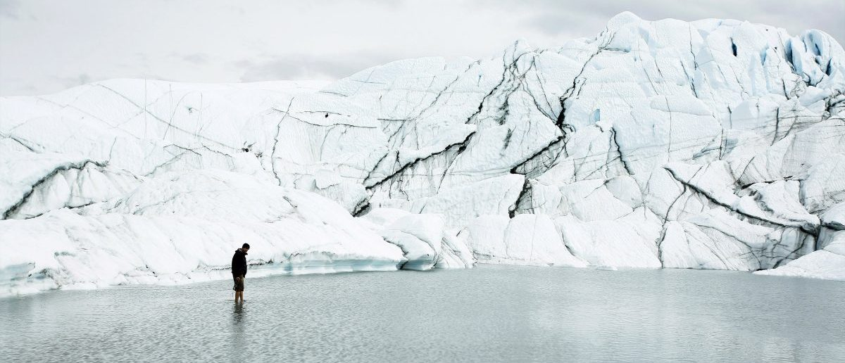 Hikers walk on the Matanuska Glacier near Palmer, Alaska August, 10 2008. REUTERS/Lucas Jackson (UNITED STATES)