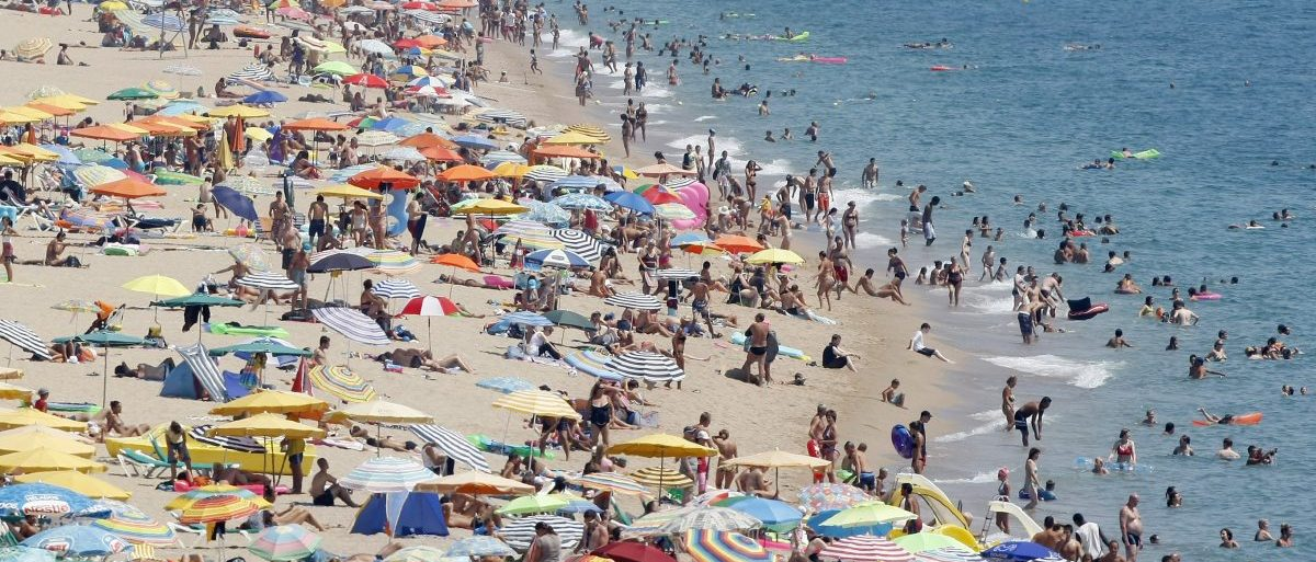 People cool off in the Mediterranean sea at Calella's beaches, north of Barcelona, August 18, 2009. Temperatures in Spain will rise up to 38 degrees Celsius in some parts of Catalonia, the local metrological office forecast said on Tuesday. REUTERS/Albert Gea