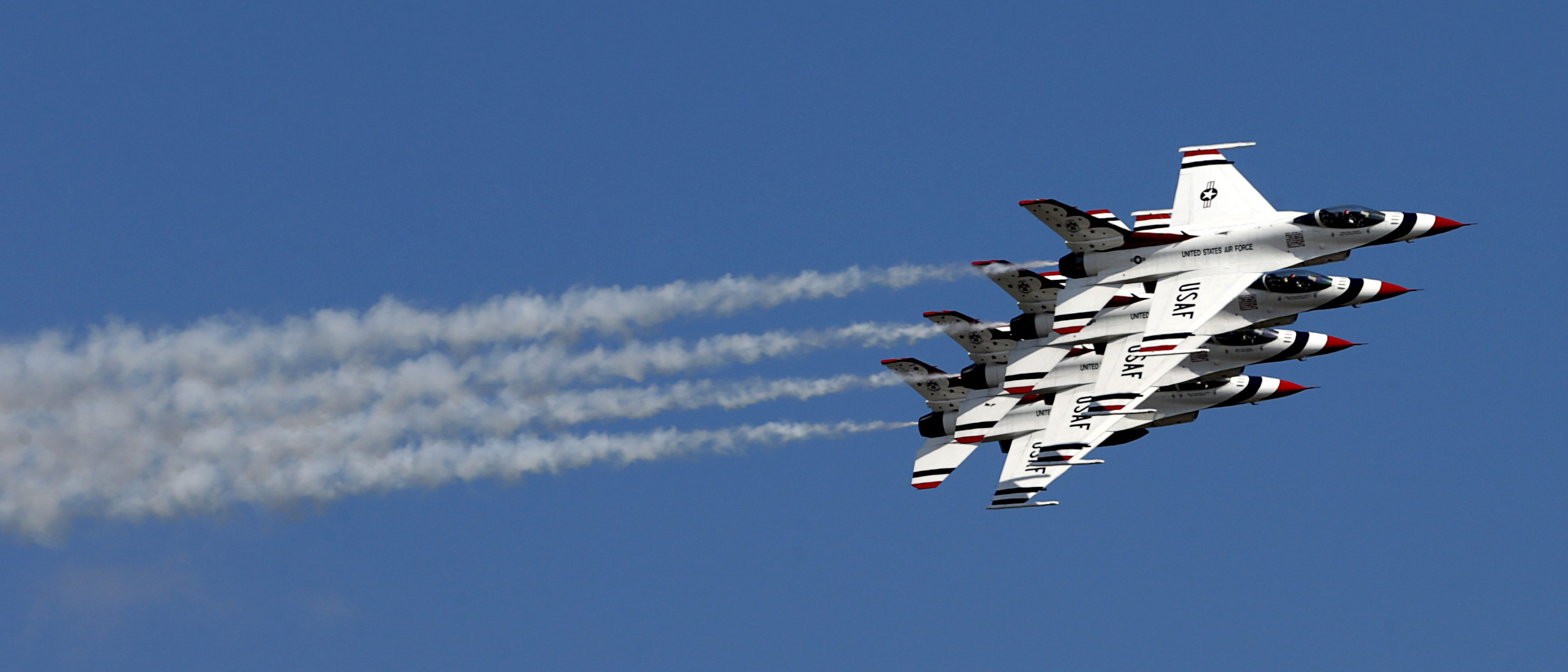 The Thunderbirds perform during the Joint Base Andrews Air Show in Washington, September 18, 2015. REUTERS/Kevin Lamarque  - RTS1SY6