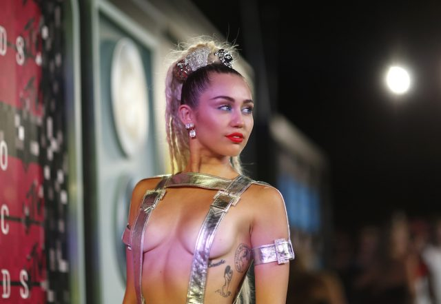 Show host Miley Cyrus arrives at the 2015 MTV Video Music Awards in Los Angeles, California August 30, 2015. REUTERS/Mario Anzuoni