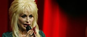 U.S. singer Dolly Parton speaks at the launch of her Imagination Library book project at the Magna Centre in Sheffield, northern England December 5, 2007. (photo:REUTERS/Nigel Roddis ) (BRITAIN) - RTX4F8Q