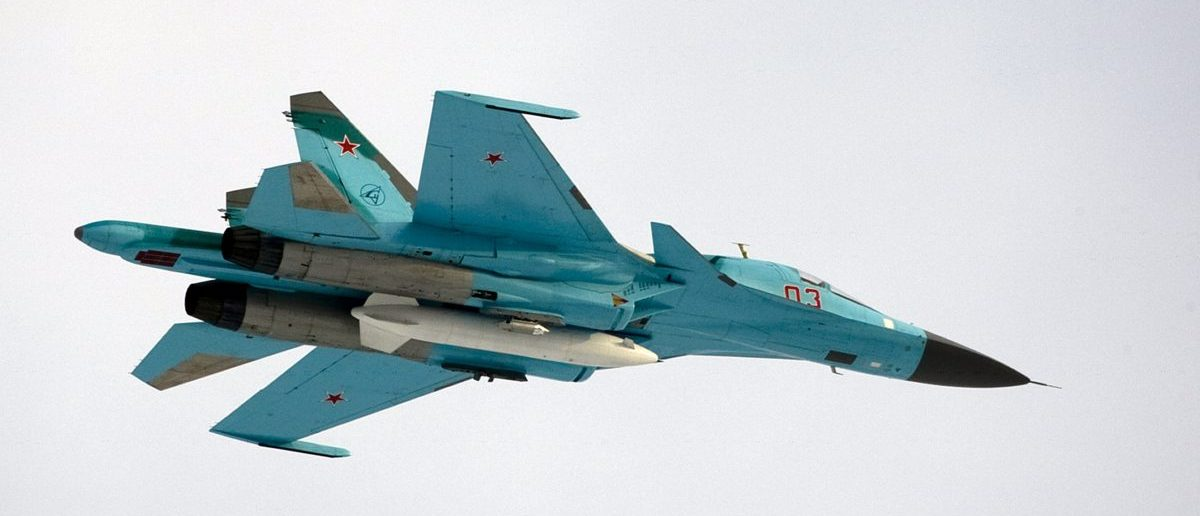A Sukhoi SU-34 fighter-bomber with Russia's President Dmitry Medvedev on board is airborne over the Kubinka airbase outside Moscow, March 28, 2009. Picture taken March 28, 2009. REUTERS/Alexander