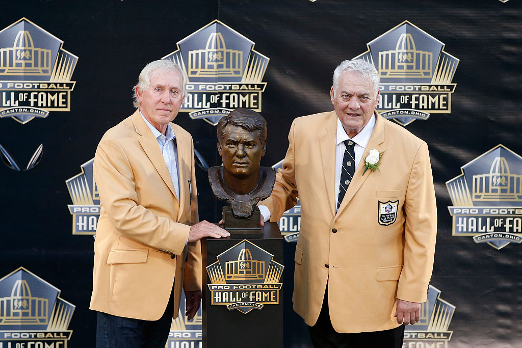 Fran Tarkenton poses with Mick Tingelhoff during the NFL Hall of Fame induction ceremony at Tom Benson Hall of Fame Stadium on August 8, 2015 (Getty Images)