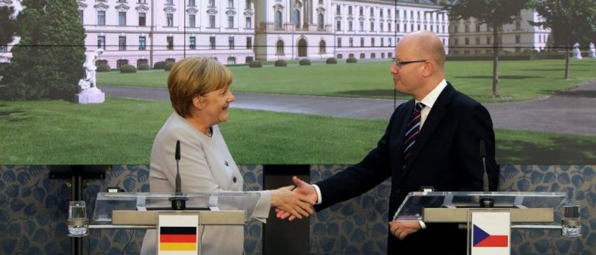 Czech Republic's Prime Minister Bohuslav Sobotka and German Chancellor Angela Merkel shake hands after a news conference at government headquarters in Prague, Czech Republic, August 25, 2016. REUTERS/David W Cerny