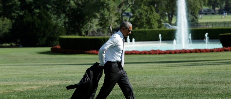 U.S. President Barack Obama takes his jacket off as he walks on the South Lawn of the White House in Washington, U.S. after visiting the Walter Reed National Military Medical Center, August 26, 2016.  REUTERS/Yuri Gripas