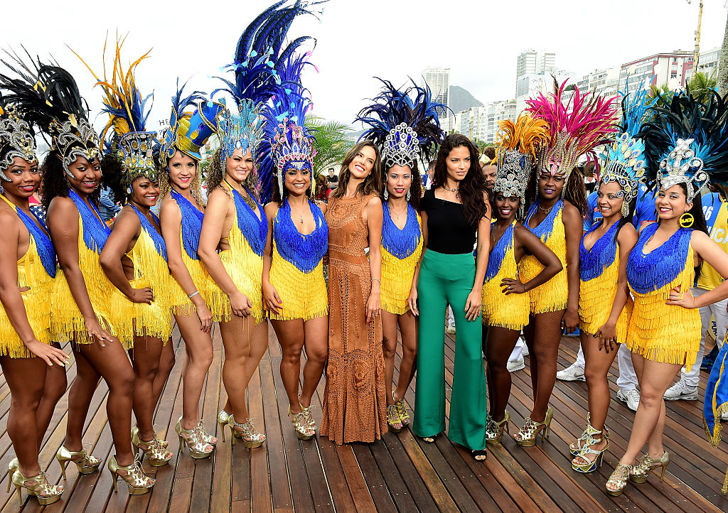 Alessandra Ambrósio and Adriana Lima pose for a photo with samba dancers on the NBC Today show in Rio de Janeiro, Brazil. (Photo by Harry How/Getty Images)