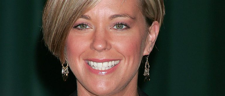 """Television personality Kate Gosselin attends a signing for her books """"Eight Little Faces"""" and """"Multiple Bles8ings"""" at Barnes & Noble at the Americana April 14, 2009 in Glendale, California"""