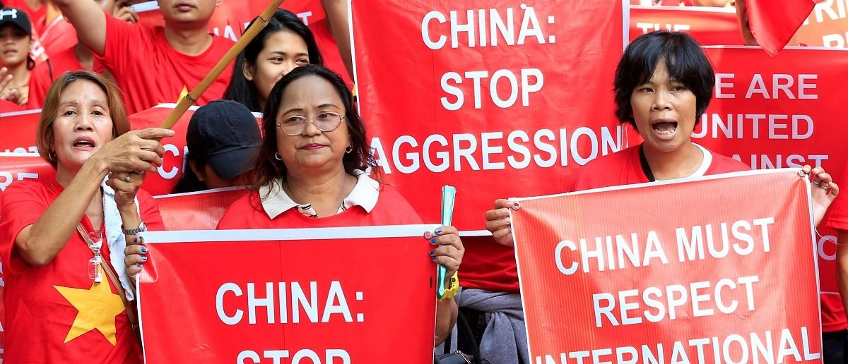Filipino and Vietnamese activists display placards during a rally over the South China Sea disputes in front of a Chinese Consulate in Makati city, metro Manila, Philippines August 6, 2016. REUTERS/Romeo Ranoco  - RTSLC7K