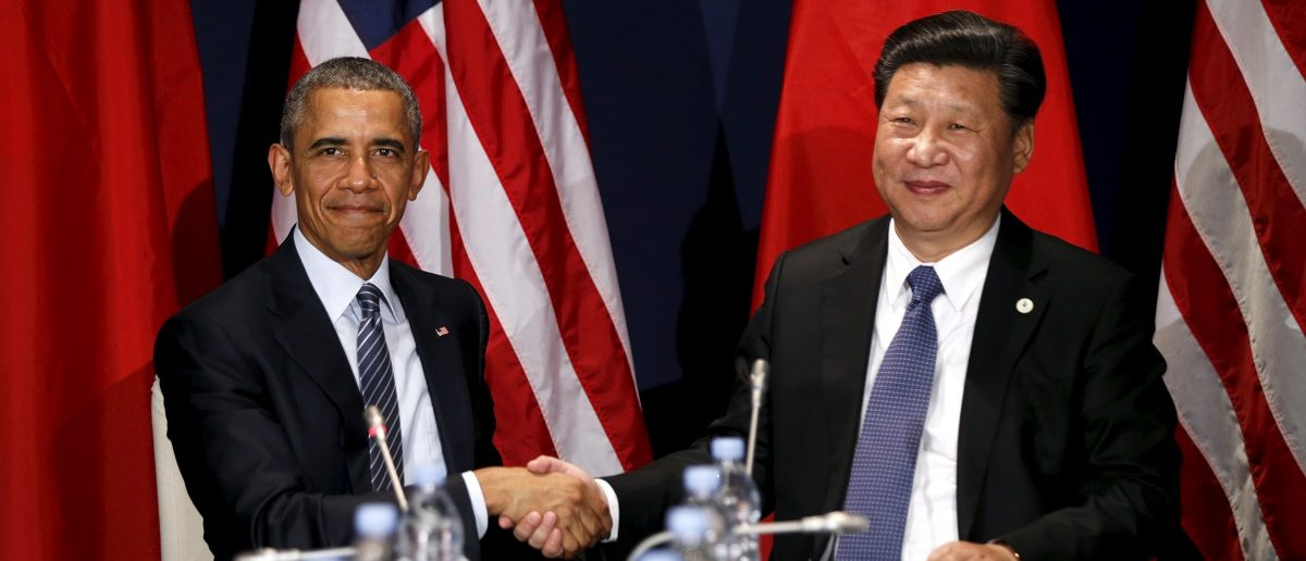 U.S. President Barack Obama shakes hands with Chinese President Xi Jinping during their meeting at the start of the climate summit in Paris November 30, 2015. REUTERS/Kevin Lamarque