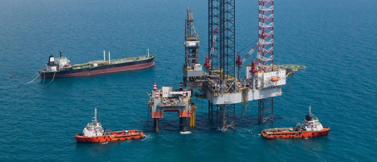 Offshore oil rig drilling platform. (Credit: Kanok Sulaiman/Shutterstock)