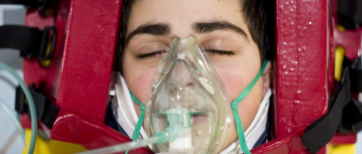 Man gets oxygen aid. (S.Pytel / Shutterstock.com)