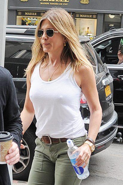 Jennifer Aniston thinks bra free is the way to be. (Photo: Splash News)