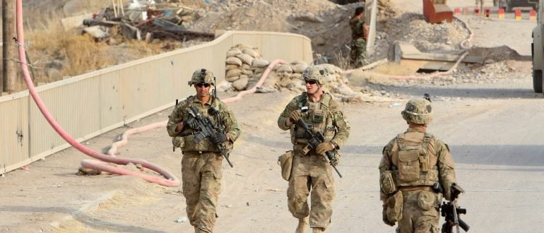 U.S soldiers walk on a bridge within the town of Gwer northern Iraq August 31, 2016. REUTERS/Azad Lashkari /File Photo