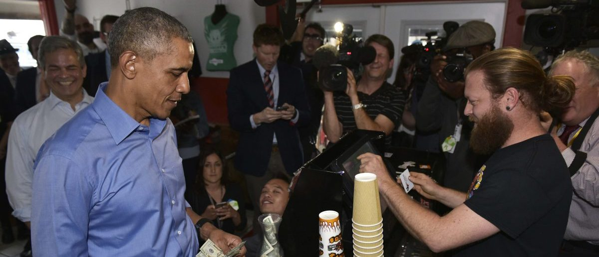 US President Barack Obama orders during a stop at Torchy's Tacos on March 11, 2016 in Austin, Texas. / AFP / MANDEL NGAN