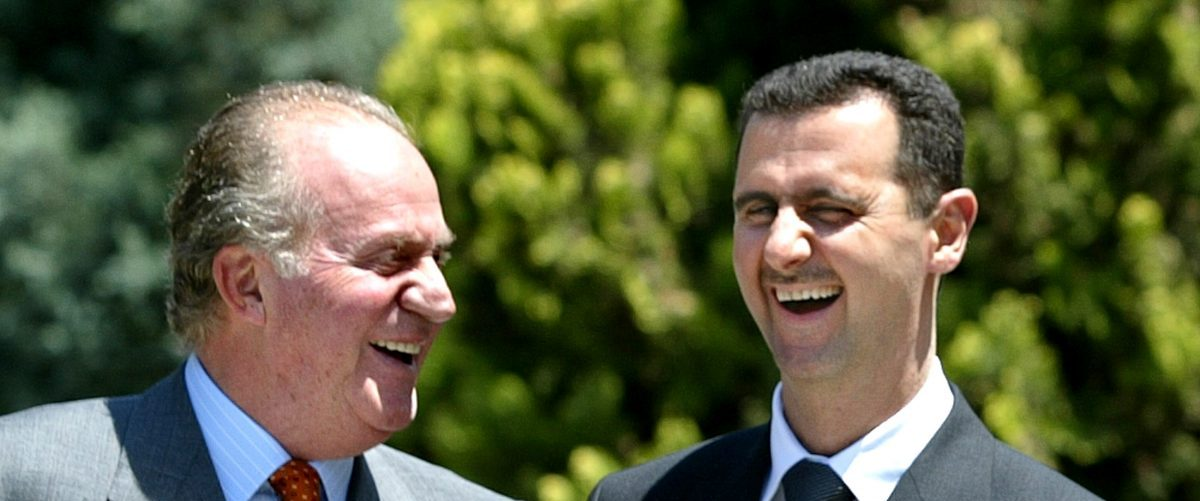 Spanish King Juan Carlos (L) shares a laugh with Syrian President Bashar Al-Assad before their private lunch at Madrid's Zarzuela Palace June 1, 2004. Al-Assad and his wife are on a two-day official visit to Spain. REUTERS/Andrea Comas