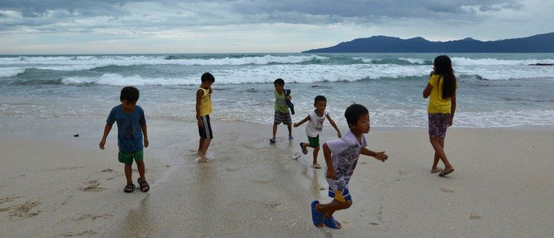 Children play along an empty beach after Typhoon Haima struck Pagudpud, Ilocos Norte, in northern Philippines, October 20, 2016. REUTERS/Ezra Acayan