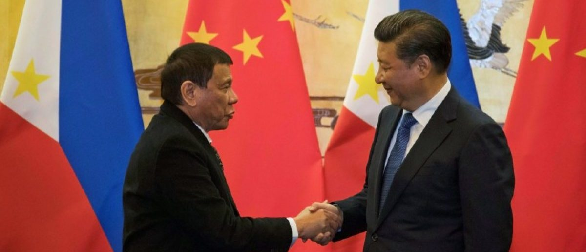 Philippines President Rodrigo Duterte (L) and Chinese President Xi Jinping shake hands after a signing ceremony held in Beijing, China October 20, 2016. REUTERS/Ng Han Guan/Pool